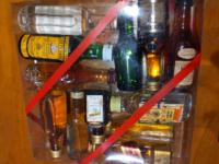 古い家を掃除していたらウイスキーっぽい小瓶の詰め合わせのようなものが出てきたんですがこれは飲んでいいものなのでしょうか?たぶん何十年も前のもので押入れに入っていたので直射日光は当たってなかったのですが 夏は相当部屋の温度は上がっていたと思います。