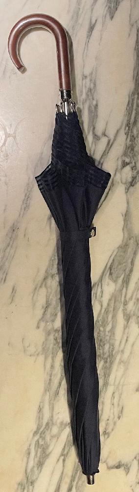 この傘のブランドがどちらのものか探してます。゜(゜^ェ^゜)゜。 どなたか教えてください!!!