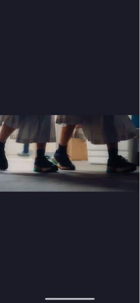 情報少ないですが、この緑のエアーに黒い靴を特定して欲しいです、、 お願い致します!