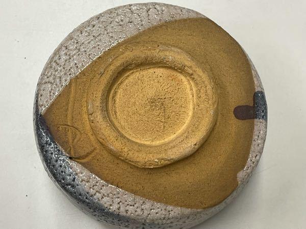 美濃焼 鼠志野の茶碗です。 箱や冊子等も無く、茶碗しかありません。 書かれている印字で作家名がわかる方教えて下さい。