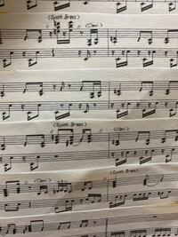 楽譜についての質問です。 この楽譜の音符ではない小さなものはどう演奏すれば良いのでしょうか? レファ や、ファラ の位置に多数ついているものです。