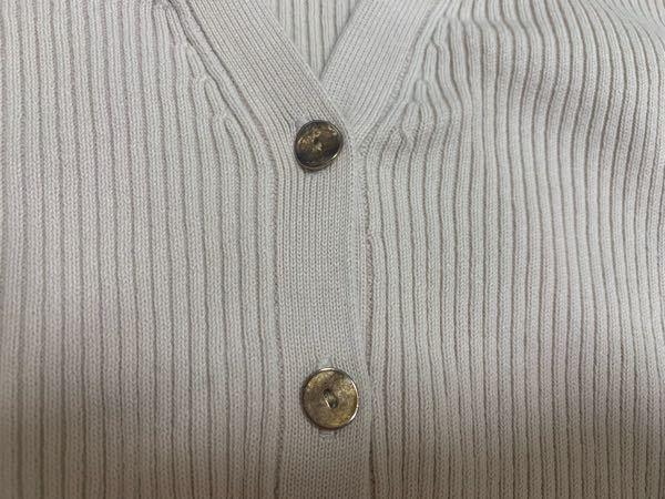 金属ボタンの錆びの落とし方 写真の通り、衣服の金属ボタンが錆びてしまっています。 あくまで普段着用して洗濯をしていただけなのですか...。 この錆びを取り除く方法があればご教示いただけますと助かります。 よろしくお願いします!