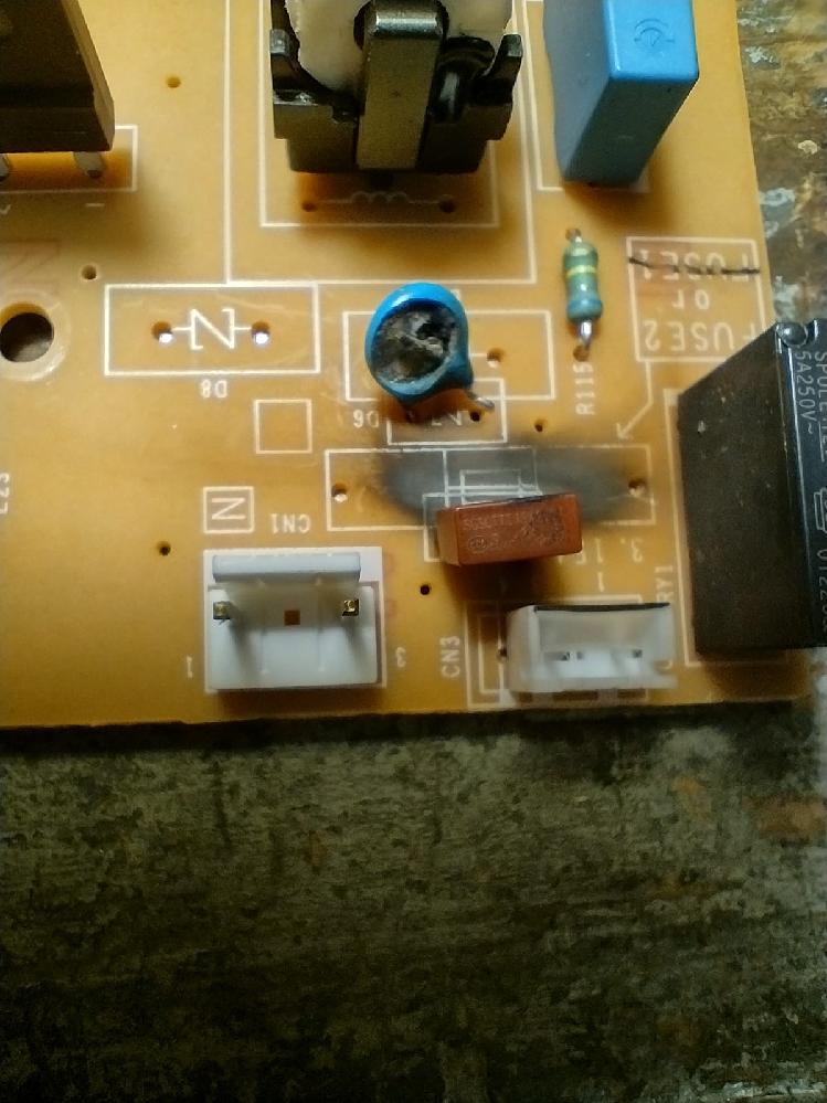 Panasonicの空気清浄機 F-VXT70-TM を海外で愛用している友人が修理に出せないということで機会に詳しい友達と修理をしているそうです。 ショートか何かで焼けてしまった2つの部品の型番を調べてほしいと言われたのですが、どう見つけて良いものかわからず返事に困っています。 写真を付けていますので、どなたかお詳しい方、お力を貸していただければ大変助かり友人たちも喜びます。 各写真の青く溶けたものと、茶色の四角い部分です。 よろしくお願いいたします。