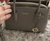 FURLAのバッグなのですが、 この写真のバッグ、なんと言う名前なのでしょうか? また、アウトレットの店舗などに売っていますか?