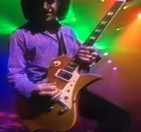 2000年前後の動画を見ていたのですが 氷室京介のサポートギタリストでレスポールっぽい色合い、シェイプのギターを使っている人を知っている方いますか? その人の名前と使用しているギターのモデル名やブランド名、またその人のモデルなのかなど色々教えて欲しいです。 ギターはレスポールっぽい色合いとシェイプなのですが 色合いはレスポールな感じなのですが シェイプはレスポールを元に変形させた感じで、レス...