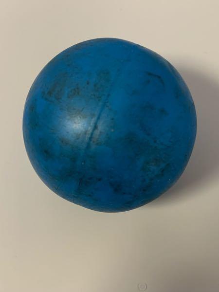 この写真のように完全に汚れが染み付いてしまっているボールを綺麗に戻す方法はありますか? 大きさは手に収まる程度の大きさで生地はおそらくゴムだと思います。 前に水で洗いながら石鹸を付けてこすり洗いをしたのですが、全然落ちませんでした。 何か方法があれば教えてください。お願いします!!