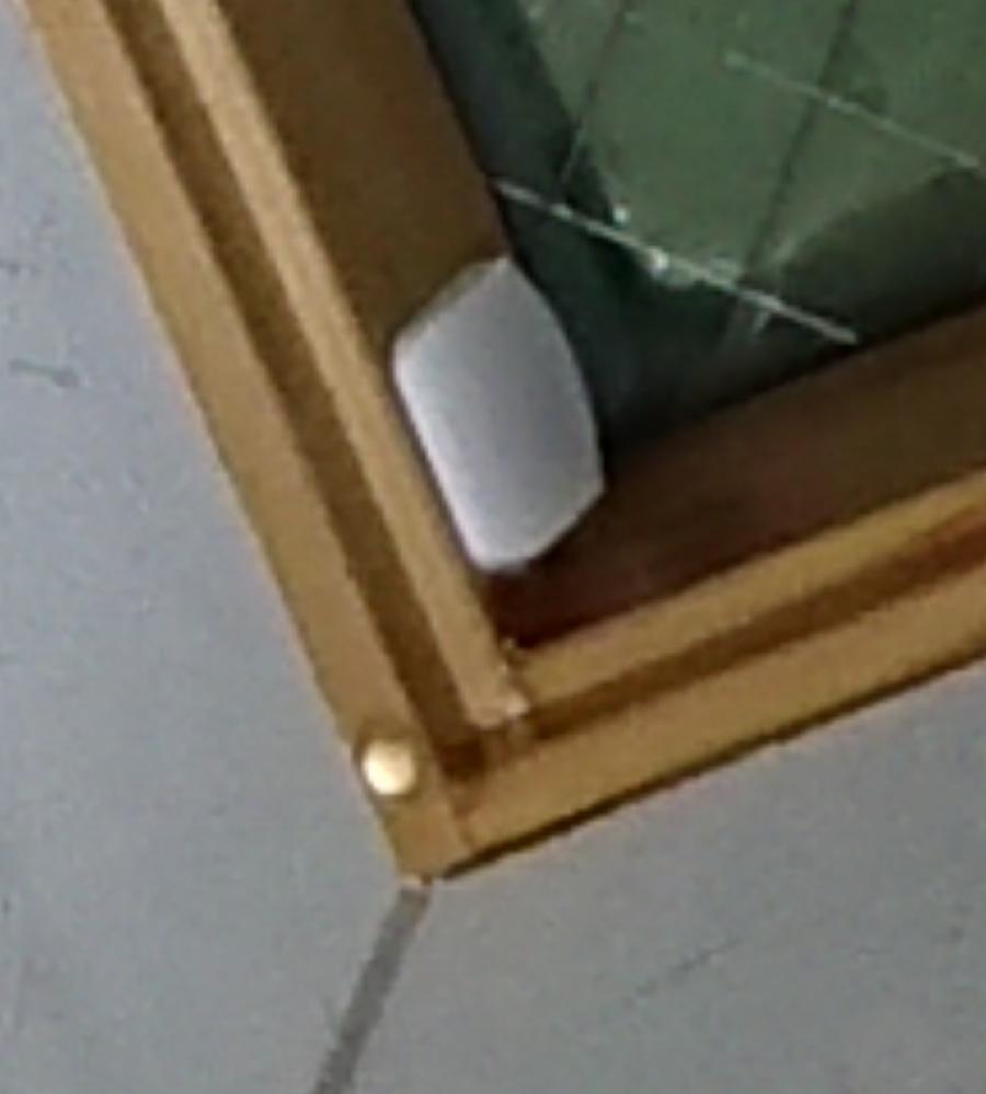 こんにちは。 新築住宅の天窓の雨漏りです。 原因は板金屋の施工ミスです。 メーカー指定の傾斜がついていない。コーキングが剥がれていて意味がない等。 5月から続いていて、量はまちまちですが20回近く漏れました。 室内側の木枠(パイン材)がびしょ濡れになったのですが、乾けば問題ないと工務店に言われました。 交換を希望したのですが拒否されました。 木枠が一部黒ずんでいるのですが問題ないですか? 今月中には修理予定です。