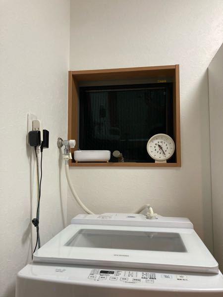 衣類乾燥機のユニット台のかさ上げは可能でしょうか? 現在、Panasonicの電気衣類乾燥機のNH-D603-Wの購入を検討しています。 こちらの専用ユニット台(自立式)の最大の高さが1390mmとなっているのですが、我が家の洗濯用の水栓の高さが1400mmとなっているのでユニット台が置けません… (コンセントもあります…) 洗濯機もPanasonic製では無いので、洗濯機の直付けの台が使えず、また洗濯機の背面の壁には窓があるので壁付けもできません。 そこで、ユニット台のかさ上げを考えているのですが、壁と防水パンの間の隙間が5cm程しな無いため、ふんばるまん等のかさ上げ台を置くことも難しいのですが… ホームセンターなどで木材等を5cm幅×高さ10cm程(長さはユニット台の足の長さに合わせる)にカットして土台として置き、その上にユニット台を置くのは危険でしょうか… 何かかさ上げや設置するのに良い方法をご存知の方がいらっしゃいましたら教えて頂きたいです。