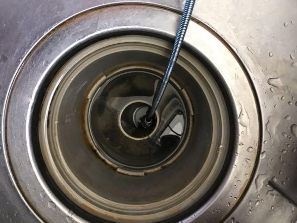 パイプクリーナーを買ってきて 排水管を掃除しようと思ったのですが、 写真の部分から下に行きません。 真横に穴があるのですが、 ワイヤーを入れても大丈夫ですか? ワイヤーが回収できなくなったりしないでしょうか?