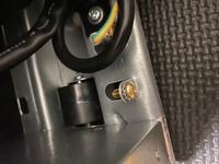 冷蔵庫のアース線について質問です。 アイリスオーヤマの冷凍冷蔵庫(IRSE-16A)を購入して自分で市販のアース線を繋げようとしたのですが、冷蔵庫本体のアース線取り付け部分のネジが回るけど緩まないし隙間に謎のギザギザの金属らしきものがあってアース線を繋げられないんですけどどうしたらいいですか? 教えてください。