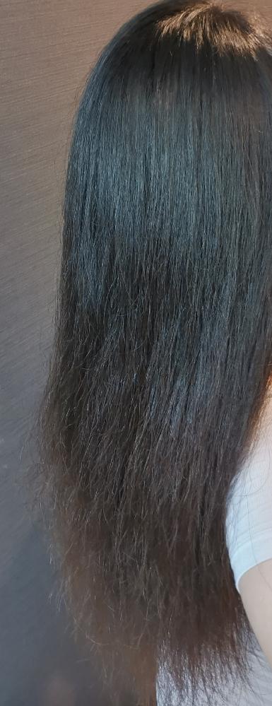 縮毛矯正か髪質改善か悩んでいます。 私の髪はこんな感じで毛先にかけてパサパサと広がってしまいます。ツヤがあってまとまる美髪を目指したいのですが、美容院でお願いする際には縮毛矯正と髪質改善どちらがいいでしょうか。 縮毛矯正をすると、表面のアホ毛がおさまるから、まとまるかなと。ただくせ毛ではないから、髪質改善のほうがいいなど。詳しい方がいたら教えていただきたいです。 今家でやってるホームケアとしては、 シャンプー前のブラッシング、 シャンプー ウォータートリートメント、 フェーノorコンディショナー ドライヤー 流さないオイルトリートメントです。 最後のカットは2ヶ月前です。 もう少しロングを続けたいと思っているので、ホームケアなどの改善策も含めて教えていただけると嬉しいです。 よろしくお願い致します!
