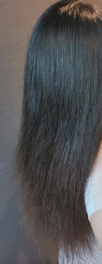 縮毛矯正か髪質改善か悩んでいます。 私の髪はこんな感じで毛先にかけてパサパサと広がってしまいます。ツヤがあってまとまる美髪を目指したいのですが、美容院でお願いする際には縮毛矯正と髪質改善どちらがいいでしょうか。  縮毛矯正をすると、表面のアホ毛がおさまるから、まとまるかなと。ただくせ毛ではないから、髪質改善のほうがいいなど。詳しい方がいたら教えていただきたいです。  今家でやってるホームケア...