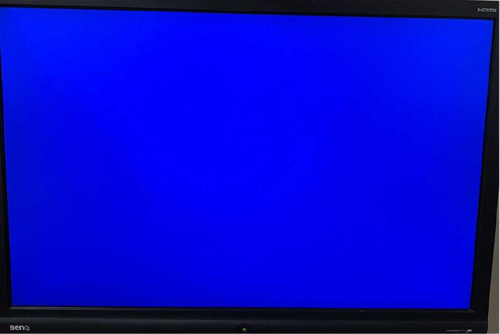 BenQの2400W HDMIモニターについて質問です。 HDMI出力でPCとモニターをつないだのですが、No signal screen が青い画面になっています。こちらを黒色の画面に変更したいのですが、手順を教えて頂けないでしょうか。 HDMIモニターには、出荷時の設定が青色のものがあるため、そこから色を変更したい場合は設定を変えるように個人ブログで紹介があったため、私はそのことを知ったのですが、具体的な方法までは分かりませんでした。(その方はBenQ以外のモニターを使用していたので) よろしくお願いします。
