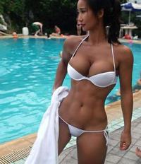おねがいします!誰か彼女の名前教えて下さい。フィットネスモデルかビルダーモデルだと思います