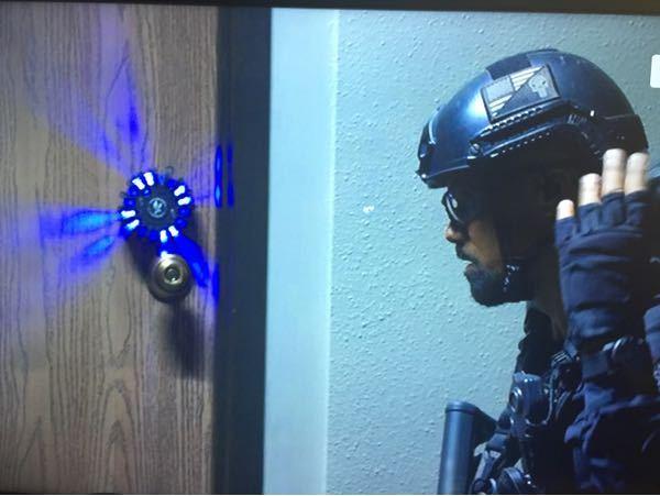 海外ドラマ[S.W.A.T]で、よく使用される扉を爆破する装置の名前を教えてください。 画像左側の青く光る装置です。