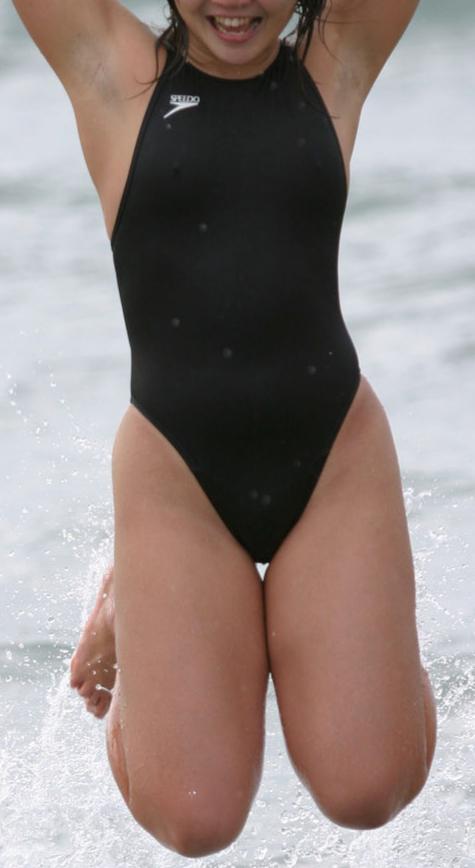水泳女子の方、ハイカット水着で下は気をつけつつ、うっかり上(ワキ)で写真のようになることもあるのでしょうか?(笑)