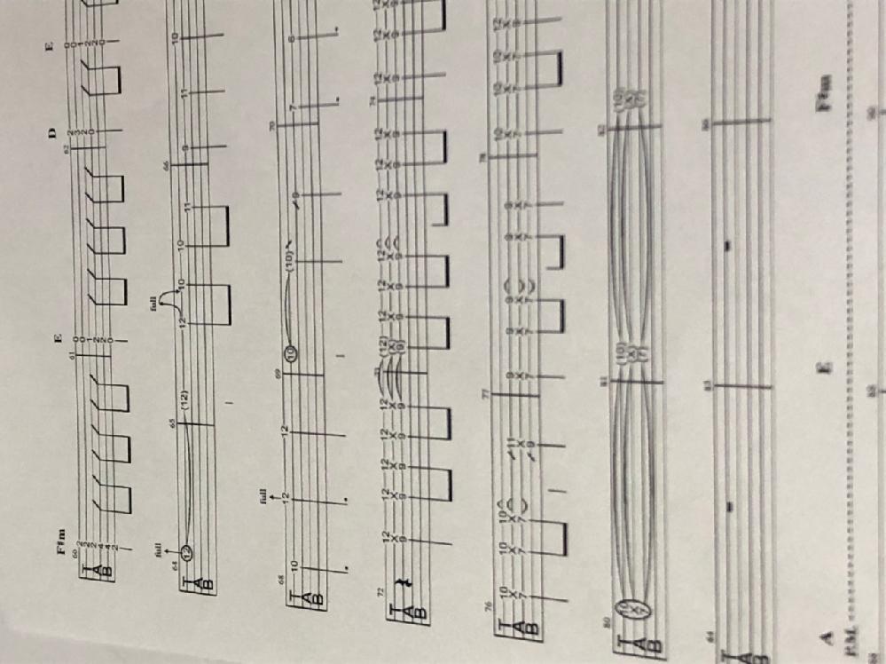エレキギターできる方に質問です。 写真の64小節目、72小節目〜はどのように演奏すれば良いのでしょうか??また、この技法は何というものなのでしょうか??
