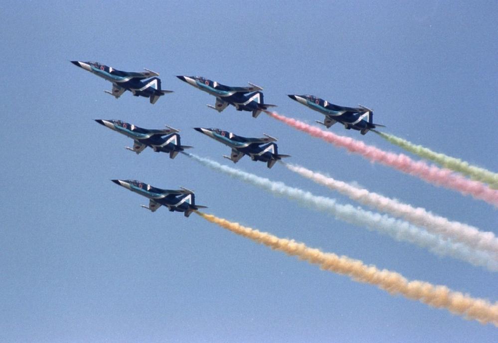 オリンピックでブルーインパルスが注目されましたが、T-4ブルーはちょっと迫力に欠けると言うか、華が無い気がします 私的にはF-1戦闘爆撃機のベースだったF-2が大好きです 機体のシャープさやカラーリング、アフターバーナー、スピード感、カラースモーク、OMENS OF LOVE、プラモデル何機も作りました(笑) 事故で批判もありましたが、一番好きな機体です 皆さんは歴代のブルーインパルスでどの機体がお好きですか?