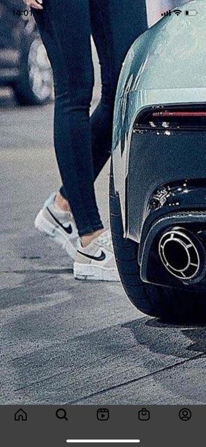 教えてください。この写真のスニーカーはエアフォース1ですか?もしそうだとしたらどんなモデル・カラーでしょうか。
