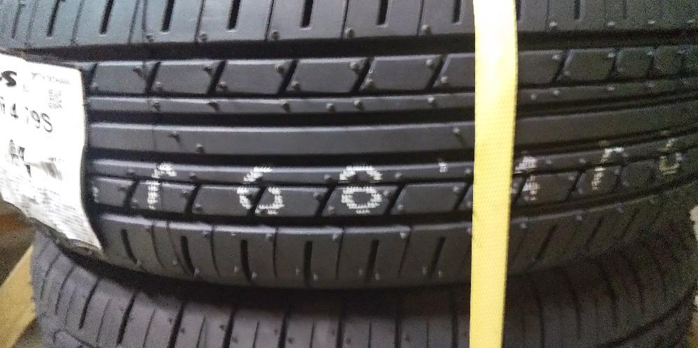 先日初めてネットで車のタイヤを購入しました。 タイヤを見てみると白い番号が印字されてました。 これは走行中に消えるんでしょうか? もしくはマーカーみたいな物で消したほうが良いのでしょうか?