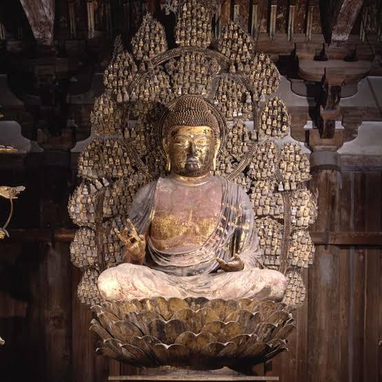 大学の課題なのですが、わからないので教えていただきたいです。 Q これは唐招提寺金堂の本尊である。この本尊像の尊名はなんだと考えられるか、そう考える理由を簡潔に答えよ