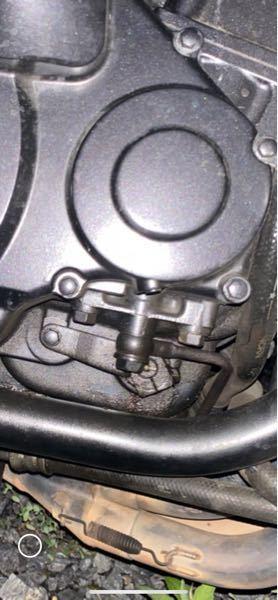 gpz1100水冷のエンジンなんですけど、写真の部分からオイルが滲み出てくるんですが、ここはなんて言う部品なんでしょうか、?