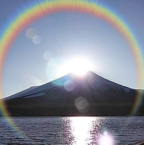 友人がFBに投稿していた虹らしき写真ですが、これゴーストの類じゃないですか?もしそうだとしたら何が原因でしょうか?