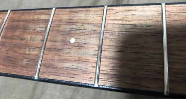 初めてフレットを磨いたのですが、マスキングテープのせいか塗装が剥げてしまいました… 安いギターだから仕方ないのでしょうか?…