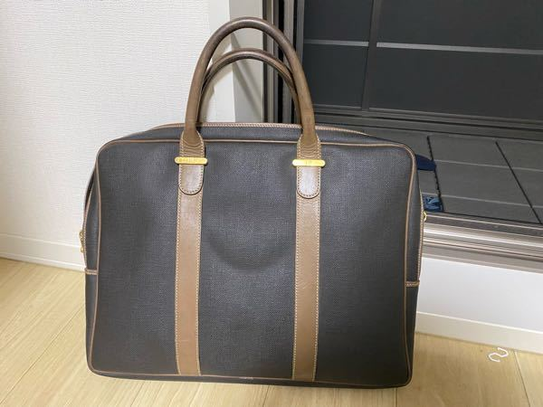ビジネスバッグ 写真のカバンをビジネスバッグとして使いたいのですが、ビジネスシーンで使えますでしょうか? カジュアル過ぎますでしょうか? 20代後半、通勤サラリーマンです。 ご意見よろしくお願い申し上げます。