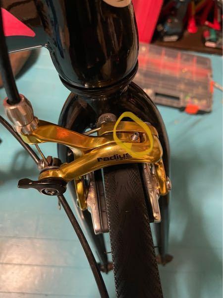 助けて頂きたいです。 ロードバイクのキャリパーなのですが写真の黄色丸のボルトのキャリパー本体側のネジ山が潰れてしまい ブレーキシューの調整ができなくタイヤのサイドウォールに当たる感じです。 ボルトが舐めたのではなくキャリパー本体なので 本体を交換するしかないでしょうか?