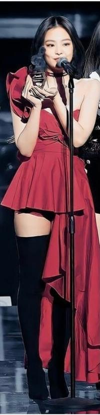 この画像のジェニちゃんが着ている赤の衣装の布生地が何かわかる方いますか? スカート部分を制作しようと思っているのですが、どの生地がいいのか分かりません。ヒラヒラしていた方がかわいいと思うので薄目の生地がいいですか?