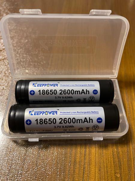画像の18650リチウムイオン電池を購入した者です。 製品のバッテリーボックスにこの電池を入れようとしたところ、サイズが大きくて入りませんでした(2mmほど) この電池は保護回路が付いているため長くなっているのだと思います。 そこで、保護回路を取り外しても良いのでしょうか? また外しても良い場合、どのようにして外せばいいでしょうか?? こういうものに慣れておらず何も分からないので教えて頂けるとありがたいです ♀️ よろしくお願いいたします ♀️