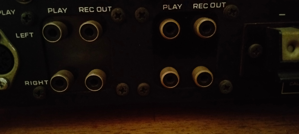 RCAショートキャップのことについて教えて下さい。 アンプは日立のLo-D HA-660です。 https://audio-heritage.jp/LO-D/amp/ha-660.html ネットで見る限りショートキャップは入力端子に使用した方が良いと書いてありました。 そのため、フォノとかauxとかに使用するのはなんとなくわかるのですが、以下の点で不安があります。 ① プリインにもさして良いのか? ② テープについてはどれが入力端子かよくわかりません。(画像を添付します。) ③ プリインのスイッチがオンになっており(今まで気づきませんでした。プリアウトは使用していますがプリアウトは使用していません。)がオンのままで良いのか?オンにしてショートキャップを差すのか、オフにして差すのか。(そもそもオフにできないように四角いプラが噛ませてあります。外すとオフにできます。) なにとぞご教示お願いいたします。