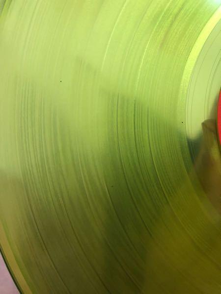 中古レコードについて 最近、中古レコードを購入しました。 盤面に添付写真のような黒い点がありました。 これはなんでしょうか? カビ??傷?? 当方レコードプレーヤーよりも先にレコードを購入してしまった為、音を確かめる事ができません。 ビスコ使用してレイカのウォッシャー液で拭きましたが取れませんでした。 お詳しい方教えてください。