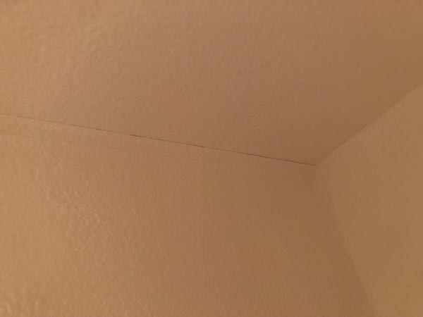 リフォーム後の壁紙について 先月トイレのリフォームをし、壁紙も変えてもらったのですが、四方の端っこに隙間ができ始めてる気がします。写真に載っているこの端以外の面もそうです。 壁紙はそんなもん...