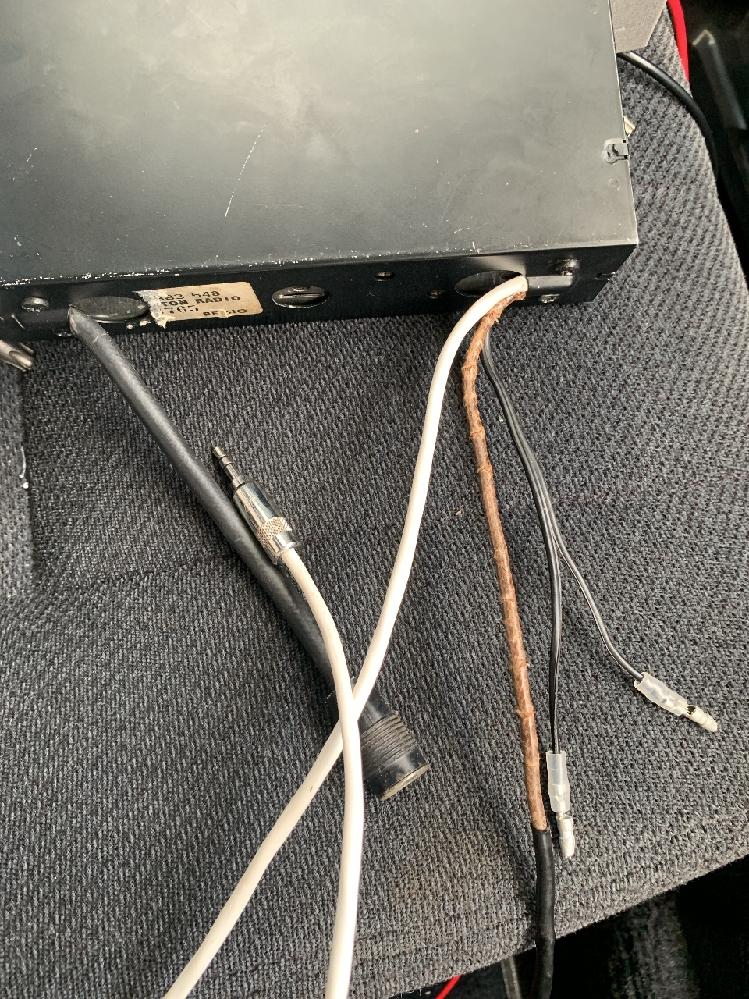 カーオーディオに詳しい方に質問です。 古いアメリカ製のカーラジオを入手しました。おそらくモノラルだと思います。ipod等を接続できるよう、ミニジャック追加等の改造がされています。初心者ながら自分で接続したいと思うのですが、カーラジオの背面から出ているケーブルが ①ACCケーブル ②スピーカーケーブル(×2) ③ミニジャック(追加分) ④ラジオアンテナケーブル のみです。 ①…普通はアース用?のケーブルもあるように思うのですが、この場合はACC電源に1本繋ぐだけで良いのでしょうか? ②…カーラジオからはスピーカーケーブルが2本しか出ていませんが、車側はステレオなので、前後左右・+/-で合計8本ケーブルが来ています。この場合はどう接続すれば良いのでしょうか?そもそも接続できるのでしょうか?
