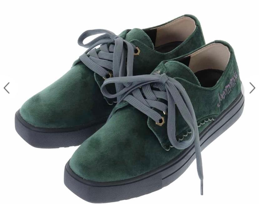靴が詳しくないので、どなたか教えていただきたいです! vansの店頭に去年売っていたのですが、このような生地で、スリッポン形式で冬にはく様な厚地で、緑色の靴なんですけど、ネットで探してもなかなか見つかりません…販売停止になってしまったのか私の探す能力が低いのか…彼氏の誕プレで渡したいので、もし名前がわかる方居ましたら、教えてくださると嬉しいです。