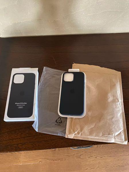 AppleオンラインストアでiPhone13のケースを買った方に質問です。今日届いたのですが、去年の箱の梱包と違い違和感を感じたのですが、ケースの箱の上の方に折り目がついてました。みなさんも封筒の梱包ですか?