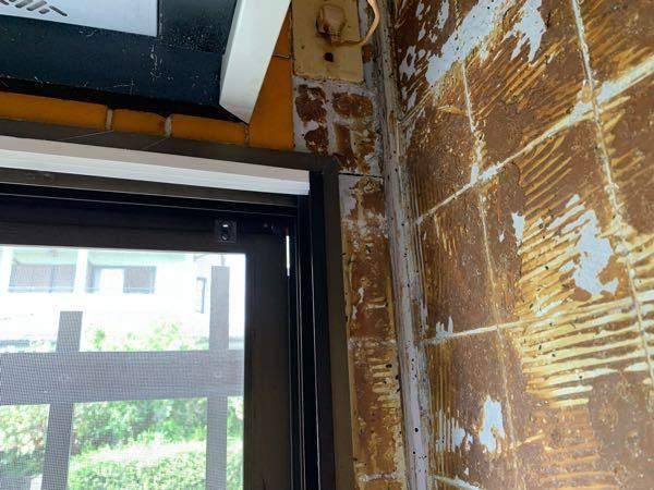 タイルを剥がしてキッチンパネルを貼る作業をしています。 入隅用の見切り材を角に使いたいと思っています。 ただそれには壁の角に貼ってある1.5cm角の棒?がじゃまになっています。 この棒は外してもよいものでしょうか? あとパネルを貼る際に下の1cm幅の幅木も剥がした方がいいですか? よろしくお願いいたします。