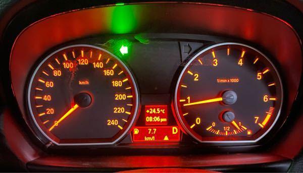 車についてです。 このガソリンスタンドのマークと注意マークってどういう意味ですか? BMWです。