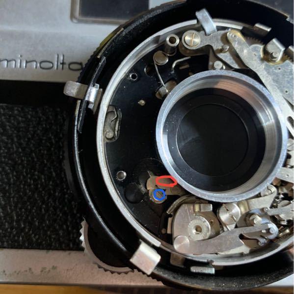 レンズシャッター機(minolta v2) citizen製シャッターについて 巻き上げ動作を行っても写真赤丸で示した部品がシャッターを開くレバー(?)青丸)に引っかからない為シャッターチャージがされていないようです。何回も巻き上げているとたまに引っかかってチャージされます。 何が原因でどうすれば治るのでしょうか?