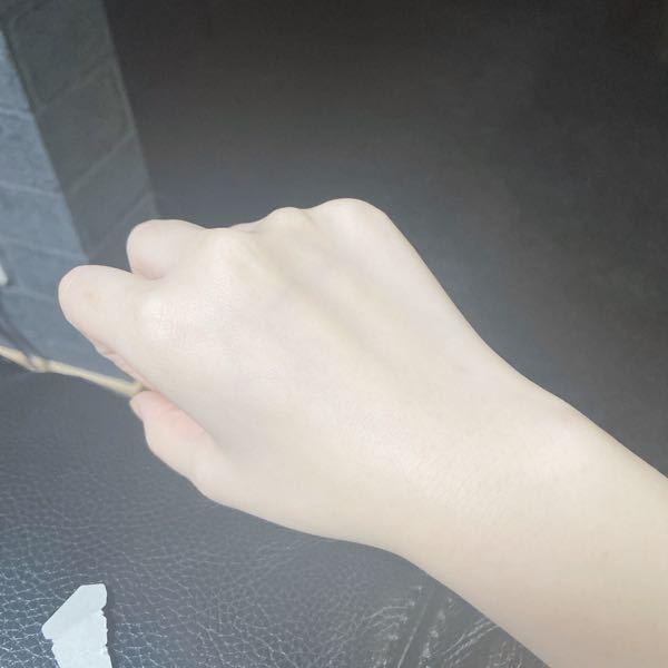 至急 今の手はこんな感じなんですけど 手が綺麗になったり指が細くなるマッサージとかってありますか? 最近ゲームを久しぶりに始めたら少し指が細くなった気がするのですが関係あるんでしょうか。