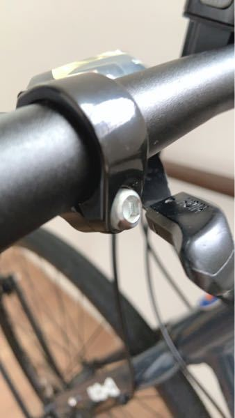 【急募】 クロスバイクのグリップを交換したく購入したのですがバーとグリップ長さが合わず、グリップがややはみでます。 そこでシフトレバー(ギア変えるやつ)のネジを緩めて今より内側に固定しようと思うのですが 、それって可能でしょうか?