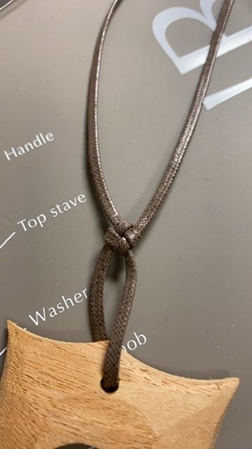 この紐の名前を教えてください。 ご存知でしたら扱っているお店もぜひ教えてください。ビーズの貴和さんにはありませんでした。 3ミリ幅の平織ひも。細い綿?ナイロン?で編んであり光沢があります。 よろしくおねがいします