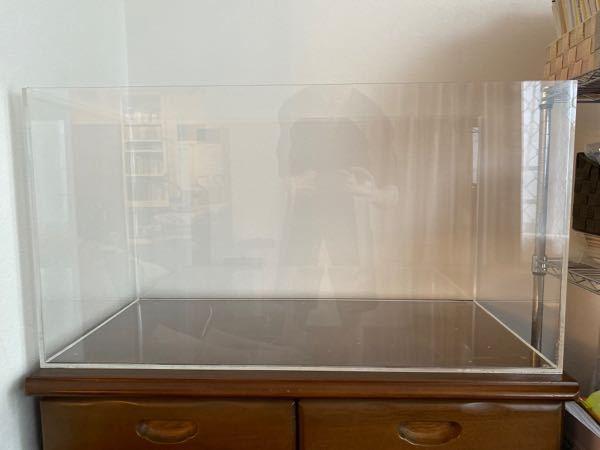 アクリル押出板を使った自作水槽について。 840×400×450の水槽を作りたいと思い、5mm厚のアクリル押出板を使用し、底面に側面の4枚を溶剤で接着しました。 この状態では水を入れるとたわみます。 接着面付近の補強や上部にアクリル板を追加で接着するなどの補強が必要かと思いますが、いい感じにするにはどうしたらいいですか?