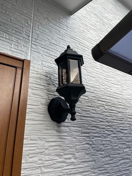 写真の玄関灯の電球を交換したいんですがよくわかりません。 ガラス部分を回すと本体が回るのですが取れる雰囲気がありません。電球の交換方法を教えてください。、