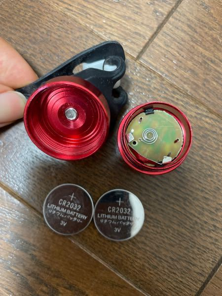 コイン電池 入れ方並べ方がわかりません。 上蓋 マイナス プラス マイナス プラス 下蓋 ではないのでしょうか?