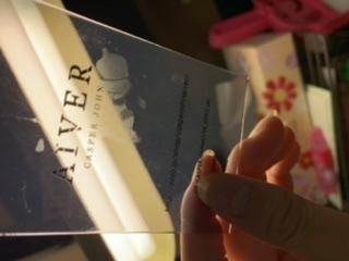 友人のプレゼントにアクセサリーを買った時についてきたカード?的なやつなのですが、硬度がなく手垢も着きそうな素材だったので下敷きの上に置いておいたんです。 そして今日ラッピングしようと持ち上げたと...