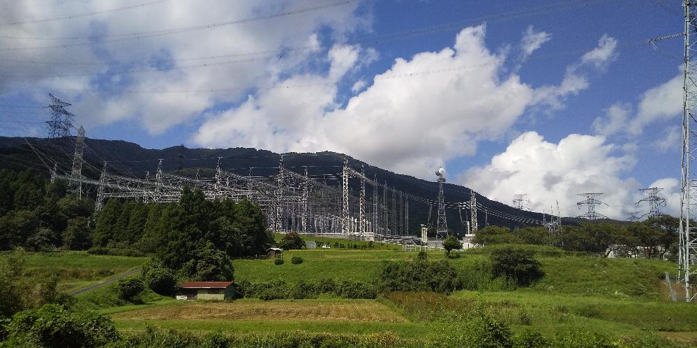 もし山道を運転していたら突然下の画像のような巨大な変電所が現れたらどうしますか? 思わず撮影しますか?