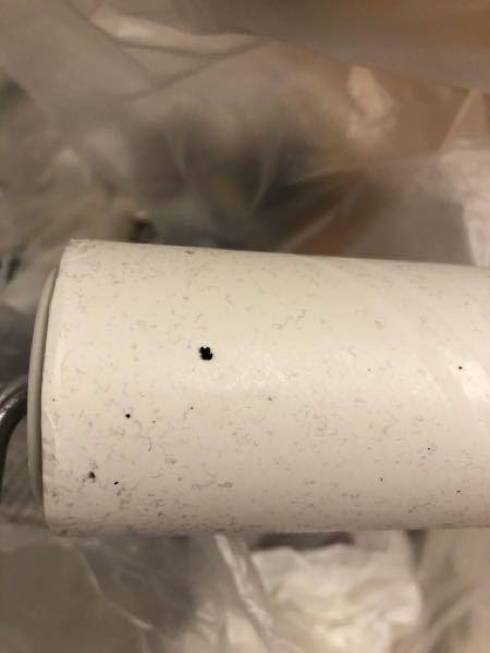 エアコンの真下をコロコロで掃除したところ 黒い粒が取れました。これはゴキブリの糞ですか?それともエアコンの汚れでしょうか